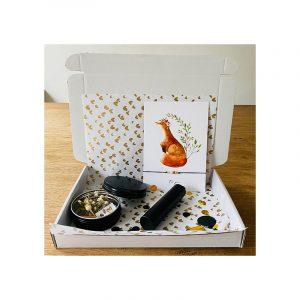 Giftbox Black Kaart met armband, droogbloemen en parfum verstuiver